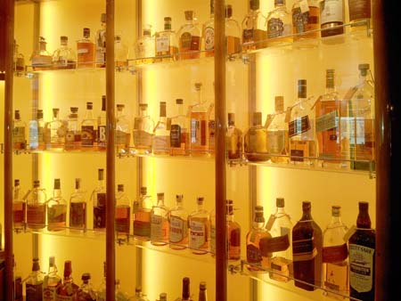 Whiskybar notes Koningsdam vitrine