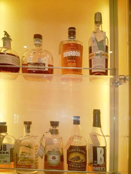 Whiskybar notes Koningsdam vitrinedetail